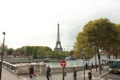 Torre Eiffel através do Seine, Paris França fotografia de stock royalty free
