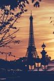 Torre Eiffel bajo puesta del sol 2 de París imagen de archivo libre de regalías