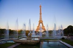Torre Eiffel bajo rayos pasados del sol. Imágenes de archivo libres de regalías