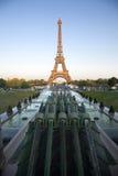 Torre Eiffel bij schemer Stock Afbeeldingen