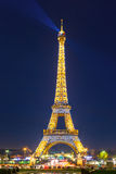 Torre Eiffel brillante en la noche en París, Francia Imagen de archivo