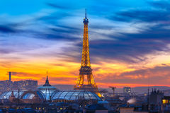 Torre Eiffel brillante en la puesta del sol en París, Francia Foto de archivo libre de regalías
