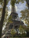 Torre Eiffel cercada pelas árvores imagens de stock