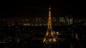 Torre Eiffel chispeante en París vista en la noche de una visión aérea