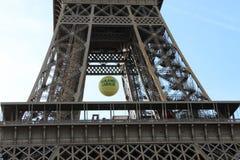Torre Eiffel, cierre de la pelota de tenis de Roland Garros para arriba en París, Francia Foto de archivo libre de regalías