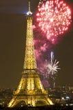 Torre Eiffel com fogos-de-artifício, ano novo em Paris Fotos de Stock