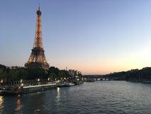 Torre Eiffel com o seina na noite imagens de stock royalty free
