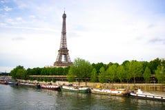 Torre Eiffel com rio de seine Foto de Stock Royalty Free