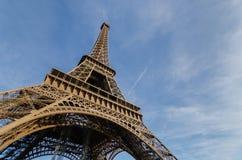 Torre Eiffel con cielo blu La Francia, Europa Immagini Stock