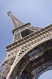 Torre Eiffel con el cielo azul Imagen de archivo libre de regalías