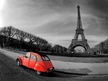 Torre Eiffel con el coche rojo francés viejo imágenes de archivo libres de regalías