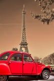 Torre Eiffel con el coche rojo viejo en París, Francia imágenes de archivo libres de regalías