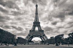 Torre Eiffel con el negro monocromático del cielo dramático imagen de archivo libre de regalías