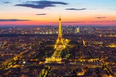 Torre Eiffel con horizonte de la ciudad de París en la noche en Francia imagenes de archivo