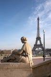 Torre Eiffel con la scultura della donna Immagini Stock
