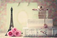 Torre Eiffel con le rose e la bottiglia di profumo Fotografia Stock Libera da Diritti