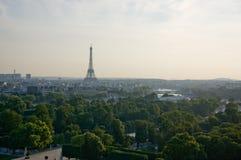 Torre Eiffel con los árboles foto de archivo