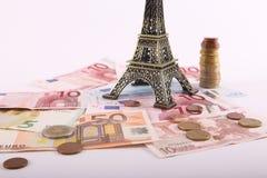 Torre Eiffel con los billetes de banco de los euros Foto de archivo