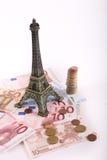 Torre Eiffel con los billetes de banco de los euros Fotografía de archivo