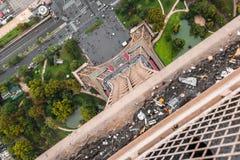 Torre Eiffel con suciedad y desperdicios Foto de archivo libre de regalías