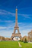 Torre Eiffel con un bluesky claro agradable Imagenes de archivo