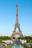 Torre Eiffel contra um céu azul e fontes de Trocadero imagens de stock