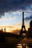 Torre Eiffel contra una puesta del sol coloful Fotos de archivo libres de regalías