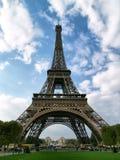 Torre Eiffel contro una priorità bassa del cielo. Fotografie Stock
