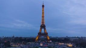Torre Eiffel - día a la noche almacen de metraje de vídeo
