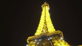 Torre Eiffel da iluminação no crepúsculo, vista inferior, arquitetura de Paris, turismo vídeos de arquivo