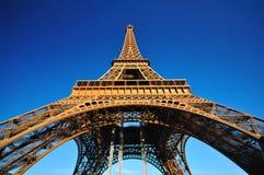 Torre Eiffel da sotto su cielo blu Fotografie Stock Libere da Diritti