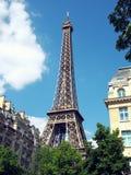 Torre Eiffel dalla via di Parigi Fotografie Stock Libere da Diritti