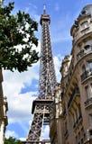 Torre Eiffel de la calle próxima París, Francia imagenes de archivo