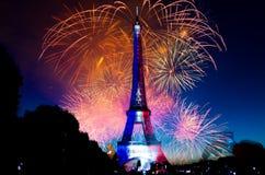 Torre Eiffel de los fuegos artificiales Foto de archivo