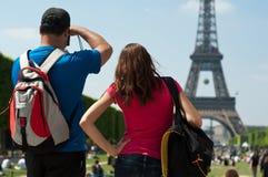 Torre Eiffel de los turistas en París Fotografía de archivo