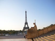 Torre Eiffel de Lugar du Trocadero e estátua fotografia de stock royalty free