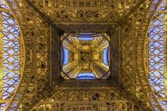 Torre Eiffel de París en la madrugada fotografía de archivo libre de regalías