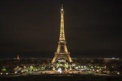 Torre Eiffel de París en la noche imagen de archivo