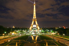 Torre Eiffel de París en la noche Imágenes de archivo libres de regalías
