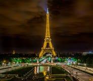 Torre Eiffel de París por noche foto de archivo libre de regalías