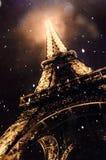 Torre Eiffel de Paris França - chover e Lgihts Imagem de Stock