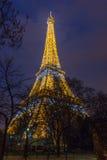 A torre Eiffel de Paris na noite iluminada inteiramente com feriado ilumina-se Fotografia de Stock Royalty Free