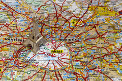 Torre Eiffel de plata en el mapa de París fotos de archivo libres de regalías