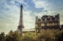 Torre Eiffel del ángulo bajo Imágenes de archivo libres de regalías