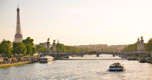 Torre Eiffel desde a ponte de Alexandre III em Paris, França Imagens de Stock Royalty Free