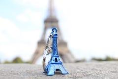 Torre Eiffel detrás de la torre Eiffel Foto de archivo