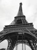Torre Eiffel di angolo verticale in bianco e nero Fotografia Stock Libera da Diritti