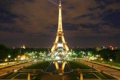 Torre Eiffel di Parigi alla notte immagini stock libere da diritti