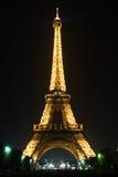 Torre Eiffel di Parigi alla notte Fotografia Stock