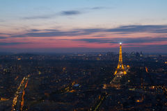 Torre Eiffel di Parigi alla vista di notte da Montparnasse Fotografia Stock